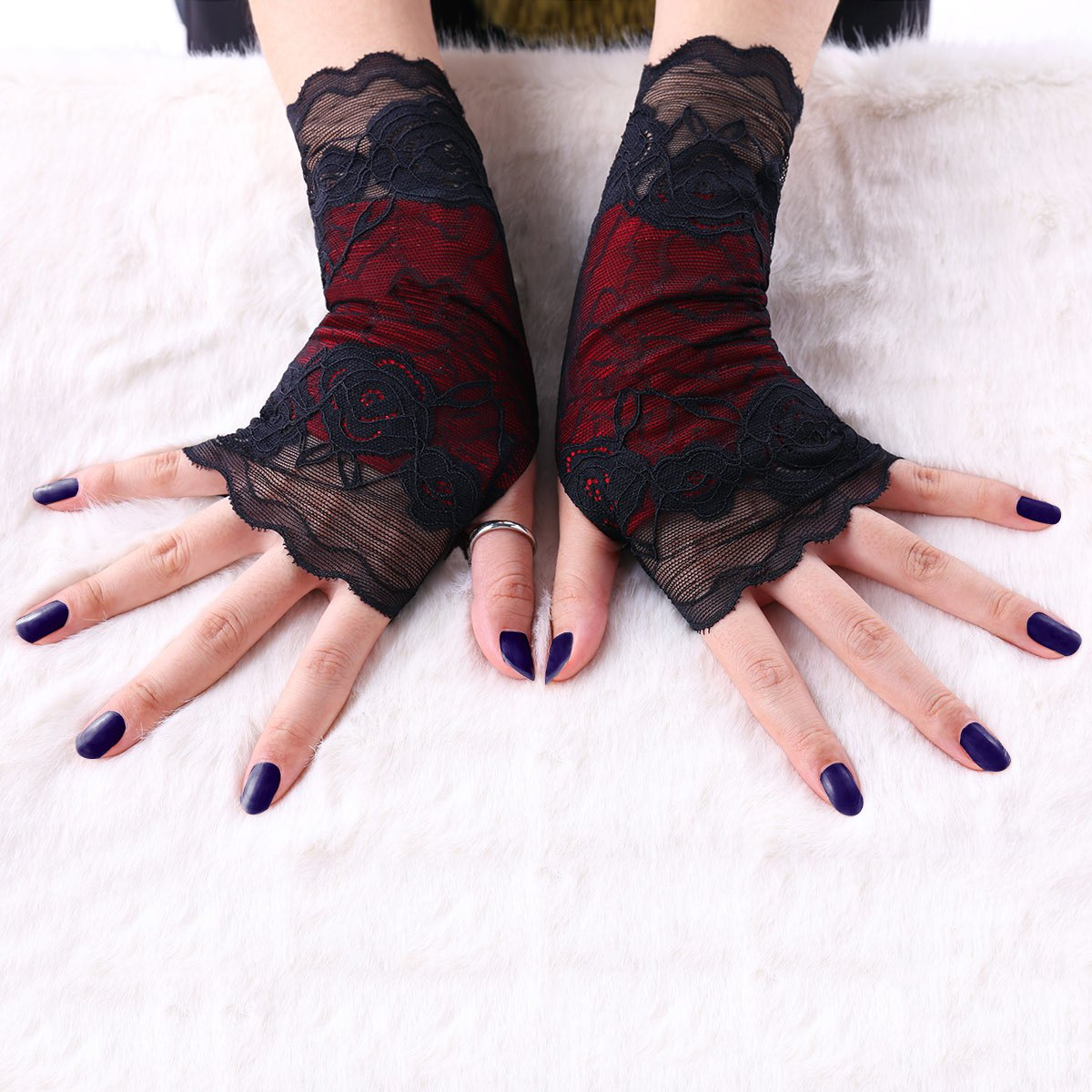 A Pair of Gothic Lace Fingerless Gloves - BLACK M